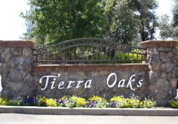 tierra oaks golf club & estates entry sign
